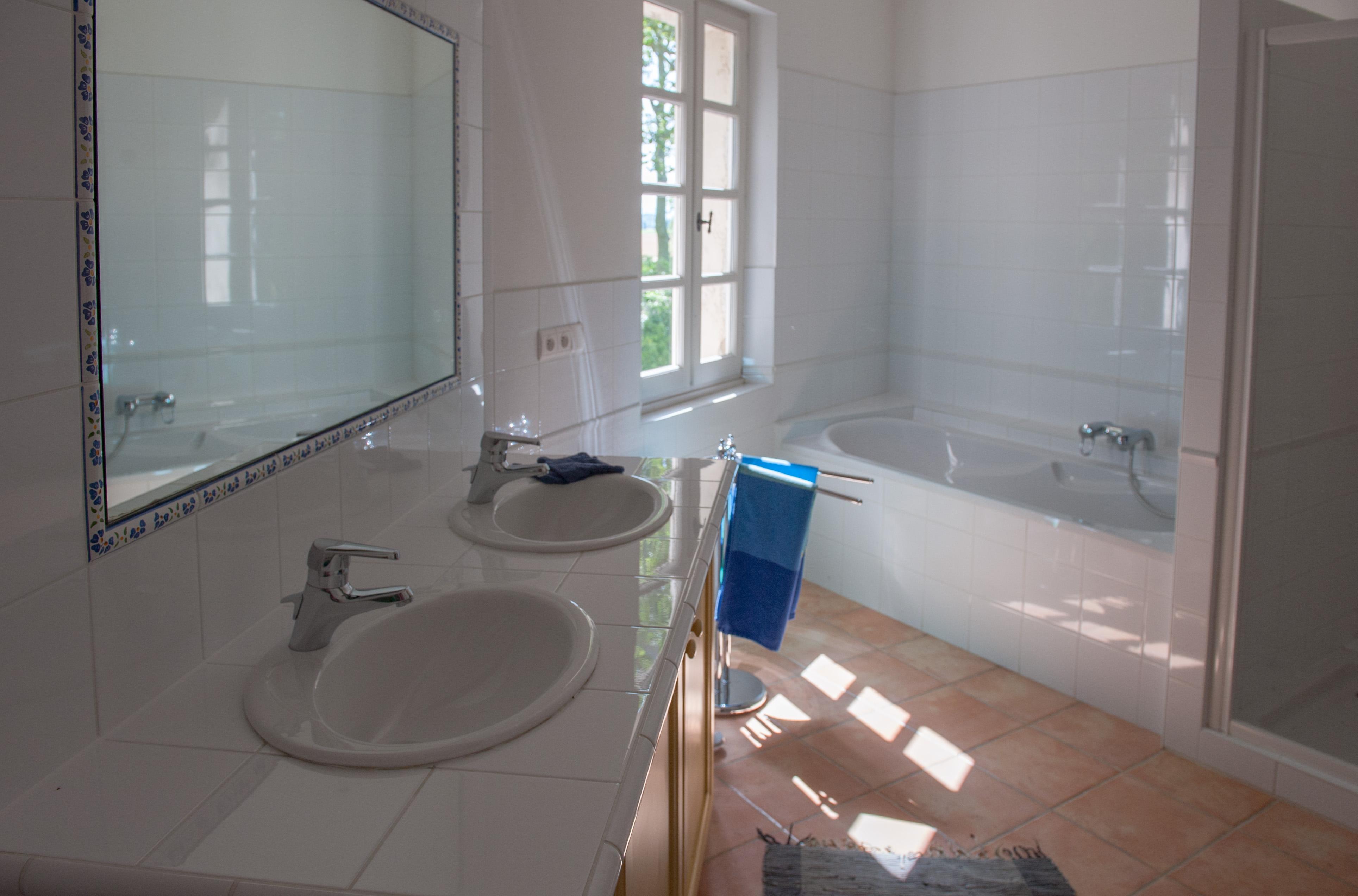 Salle de bain petite baignoire for Salle de bain avec toilette